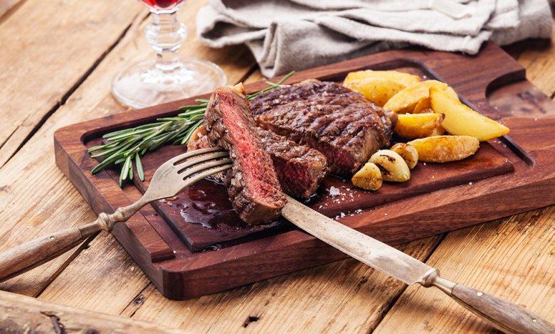 Zu einem medium gebratenen Ribey-Steak passen sehr gut Bratkartoffeln.