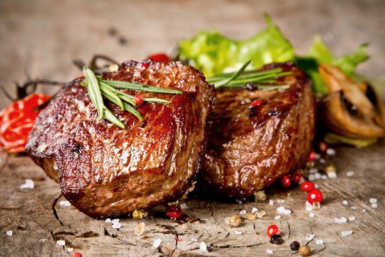 Steaks sollten erst nach dem Braten gesalzen und gepfeffert werden.