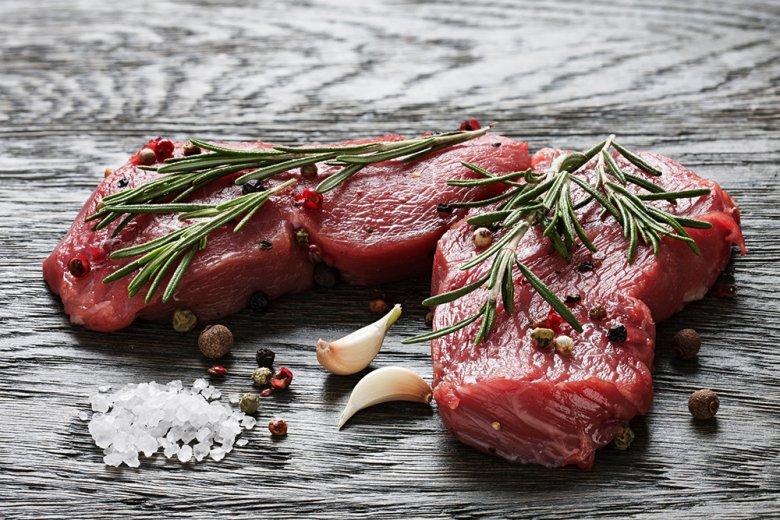 Das Steak-Fleisch darf vor dem Anbraten nicht geklopft werden.