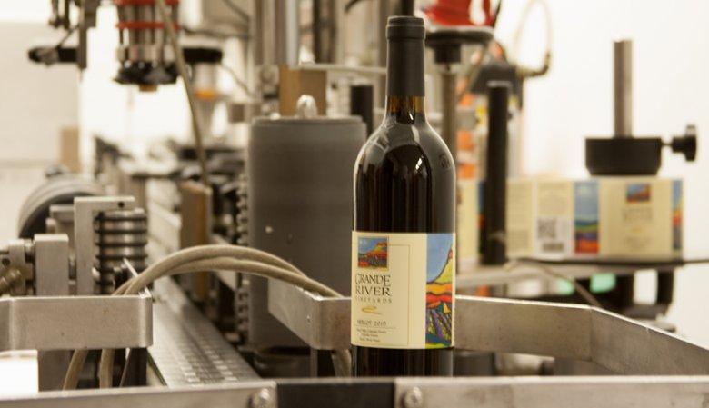 Unter anderem sind auf einem Weinetikett das Herkunftsland, der Erzeuger sowie die Sorte genannt.