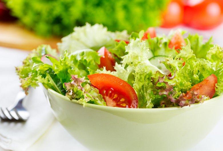 Frisch zubereitete Salate können je nach Geschmack und Laune gewürzt und verfeinert werden.