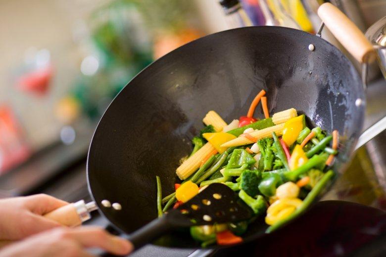 Pfannenrühren nennt man das typische Kochen mit dem Wok.