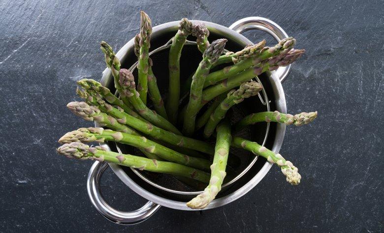 Spargel kann entweder liegend in einem normalen Topf oder stehend in einem Spargelkocher gekocht werden.