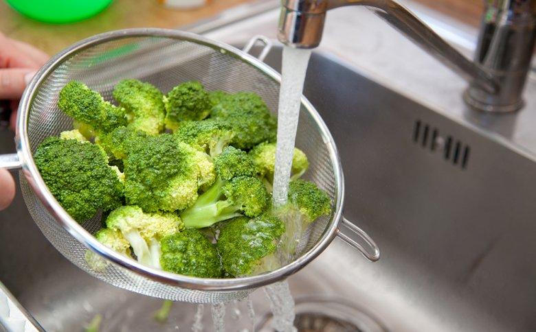 Vor dem Kochen muss Brokkoli in Röschen zerteilt und gut gereinigt werden.