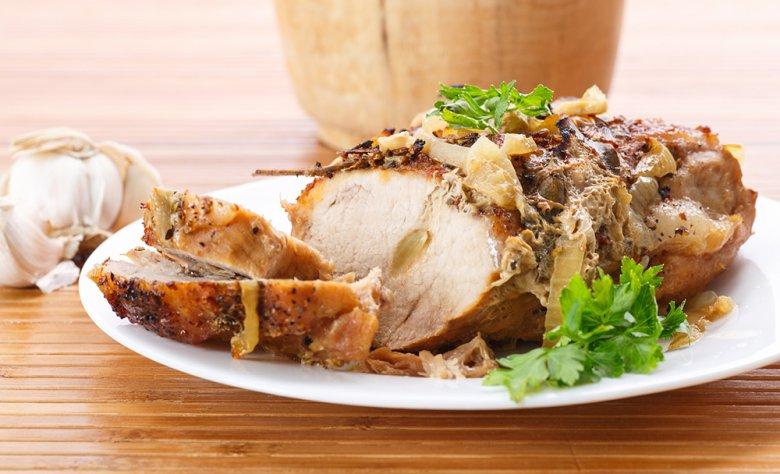 Ein köstlicher Schweinsbraten wird im Backofen zubereitet.