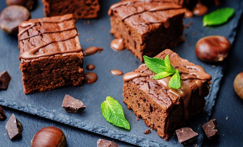 Verschiedene Desserts und Süßspeisen, wie zum Beispiel ein Maroni-Schoko-Kuchen, kann mit Kastanien zubereitet werden.