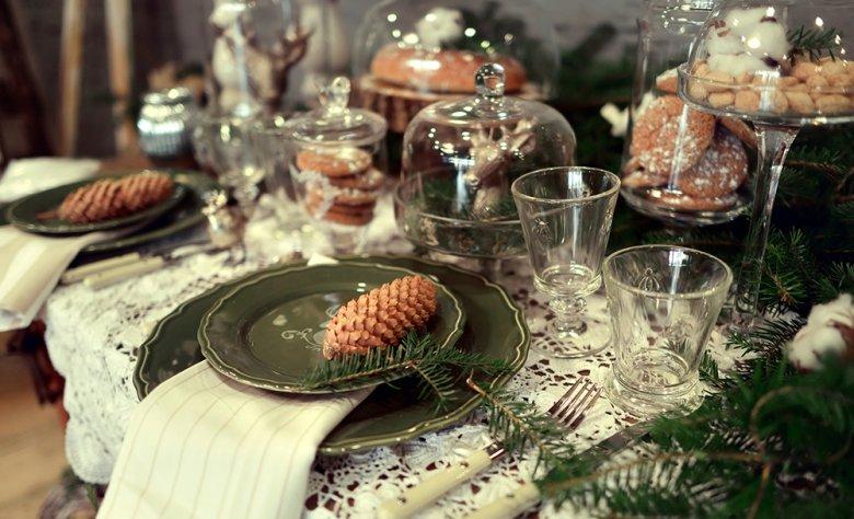 Für die passende Tischdekoration können Dekoelemente aus der Natur verwendet werden.