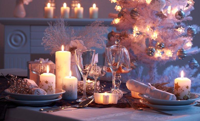 Kerzen dürfen bei der Tischdekoration für Weihnachten auf keinem Fall fehlen.