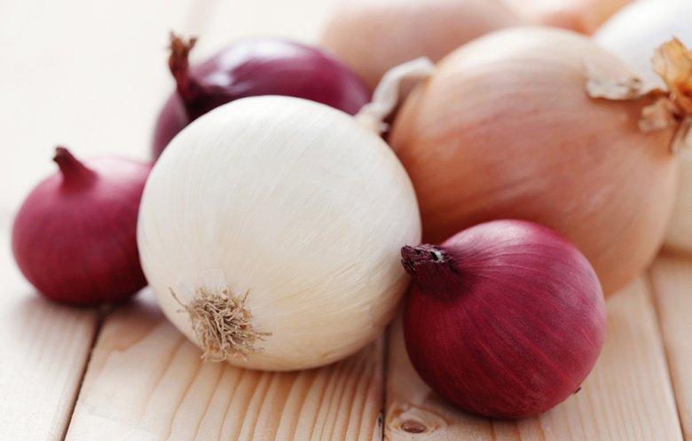 Die Zwiebel gibt es vielen verschiedenen Farben und Formen.