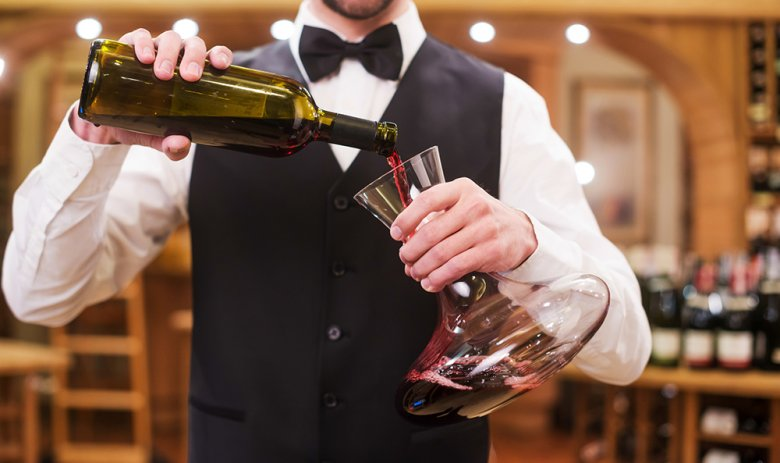 Rotwein sollte vor dem Trinken dekantiert werden.