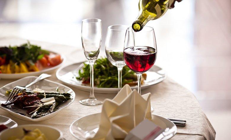 Als Aperitif genügt eine Variante auf Kräuterbasis, eine Sorte Sherry und eine Fruchtvariation.