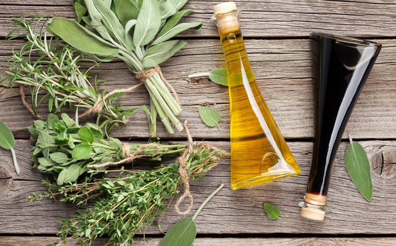Zur Zubereitung einer Vinaigrette können verschiedene Kräuter sowie verschiedene Essige und Öle verwendet werden.