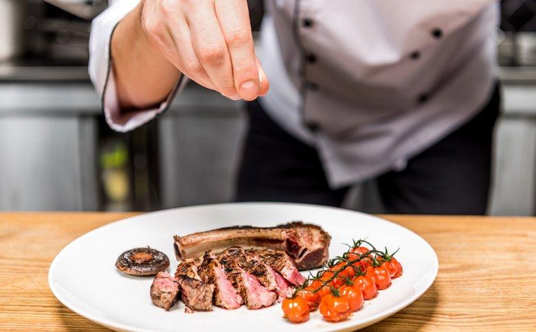 Pro Portion der Speise wird eine Prise des verwendeten Gewürzes gerechnet.