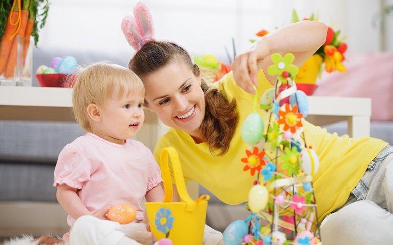 Ostereierfärben sowie das Schmücken des Osterbaumes sind beliebte Bräuche.