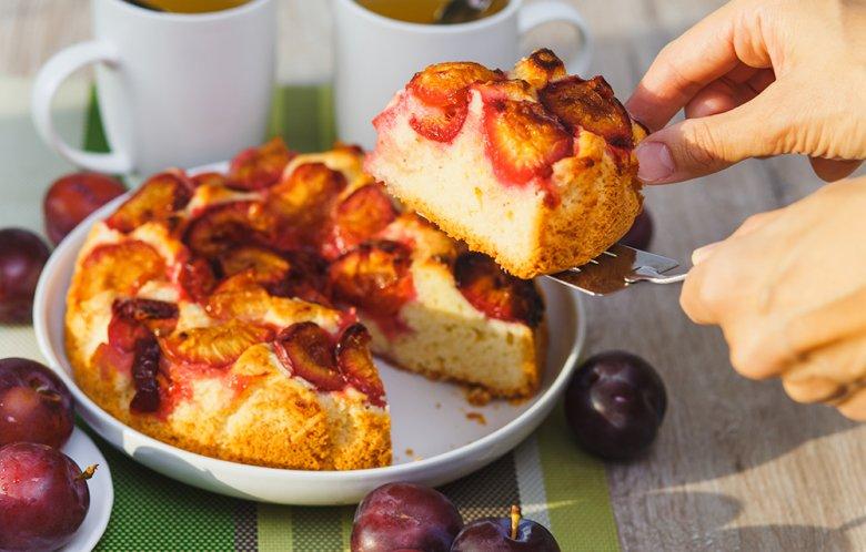 Pflaumen verleihen dem Kuchen ein saftiges Aroma.