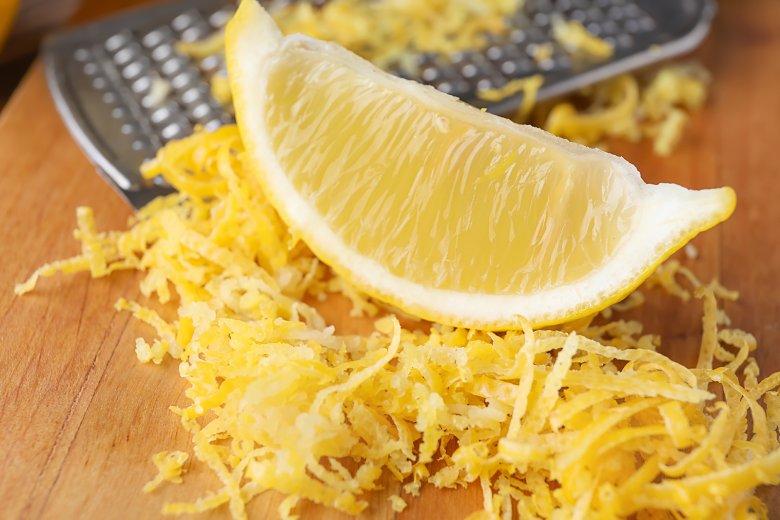 Die Schale von unbehandelten sowie Bio-Zitronen kann zum Kochen und Backen verwendet werden.