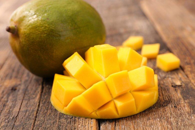 Mangos verfeinern mit ihrem saftigen Fruchtfleisch Smoothies und auch Desserts.