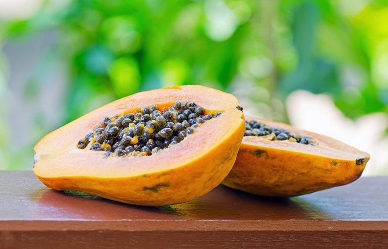 Die Papaya ist eine exotische Beerenfrucht und ähnlich einer Melone.