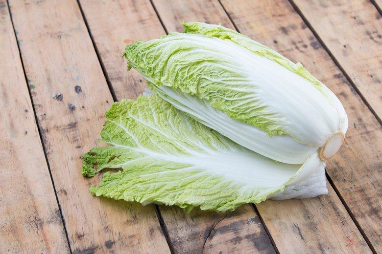 Hauchdünne, wellige Blätter und zartes Blattgrün sind die typischen Kennzeichen des Chinakohls.