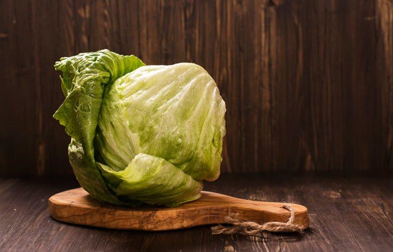 Der Eisbergsalat bleibt im Sommer länger frisch und knackig als so manch anderer Salat.