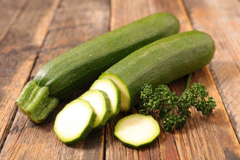 Zucchini sind gesund, da sie viele Vitamine und wenig Kalorien haben.