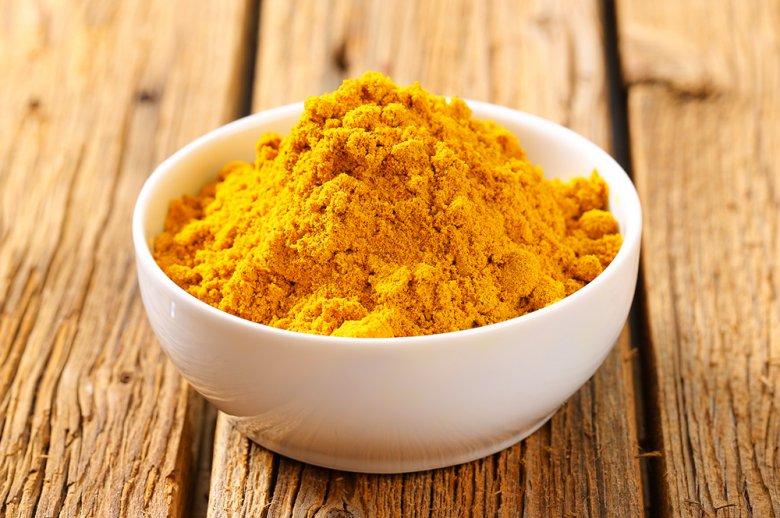 Currypulver ist eine Gewürzmischung und kann aus bis zu 50 verschiedenen Gewürzen bestehen.