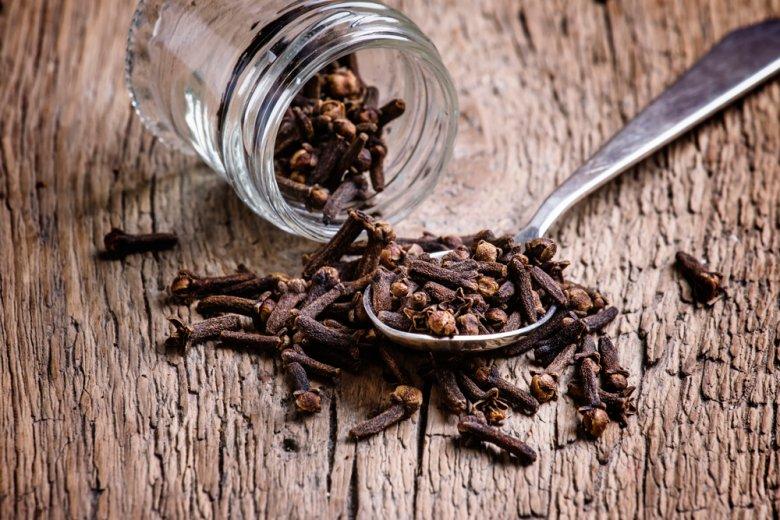Gewürznelken verbessern die Verdauung durch die das stimulieren der Sekretion von Verdauungsenzymen.