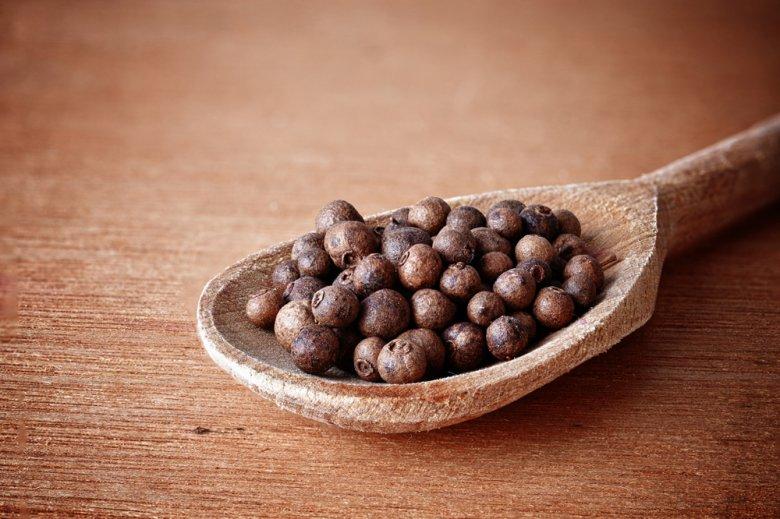 Piment schmeckt stark aromatisch und leicht pfefferscharf.