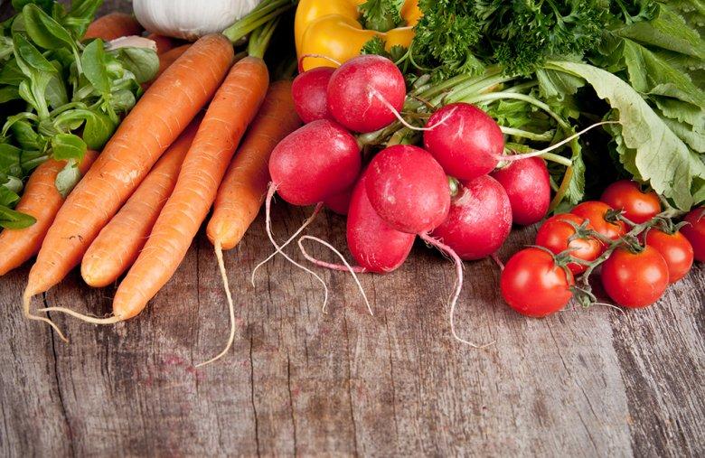 Eine fettarme Kost mit viel frischem Gemüse steht bei der Fatburner Diät im Vordergrund.