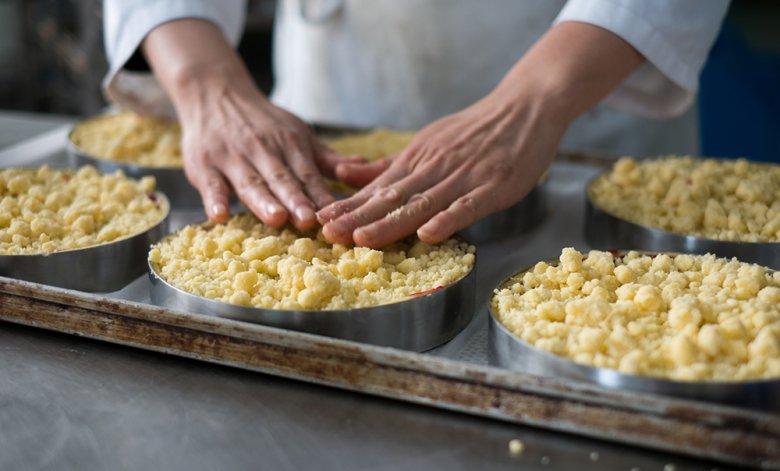 Streuselkuchen war früher vor allem in Schlesien ein gerne servierter Kuchen, heute ist dieser in ganz Deutschland beliebt.