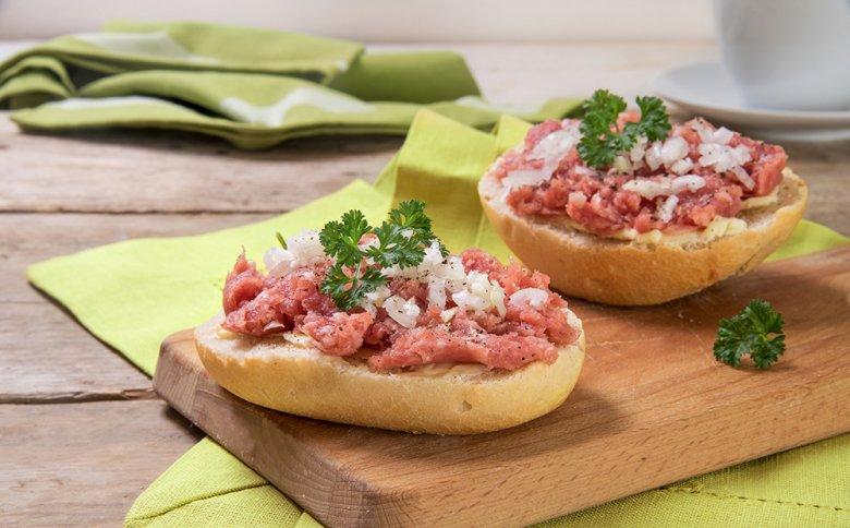 Herzhaft gewürztes Zwiebelmett gilt als beliebtester Aufstrich in der westfälischen Küche.