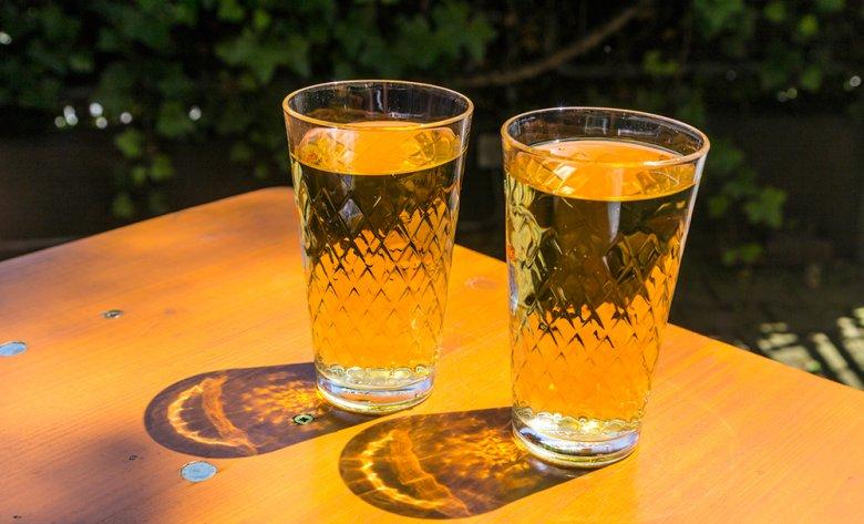Apfelwein ist in Hessen auch unter Äppelwoi oder Ebbelwoi bekannt.