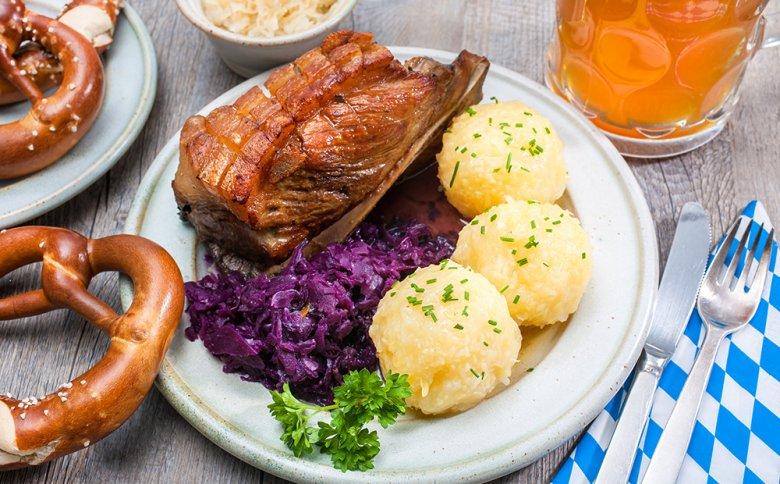 Bayrischer Schweinebraten mit Blaukraut und Knödel ist eine beliebte Mahlzeit.