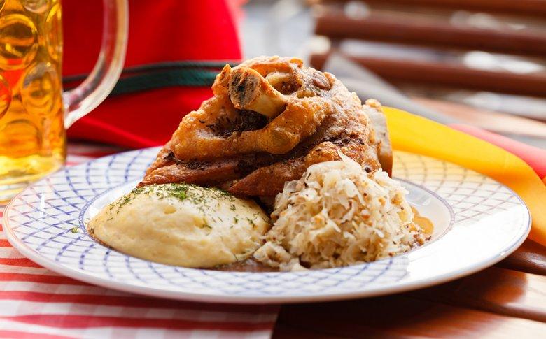 Eisbein mit Sauerkraut und Erbspüree zählt zu den traditionellen Berliner Gerichten.