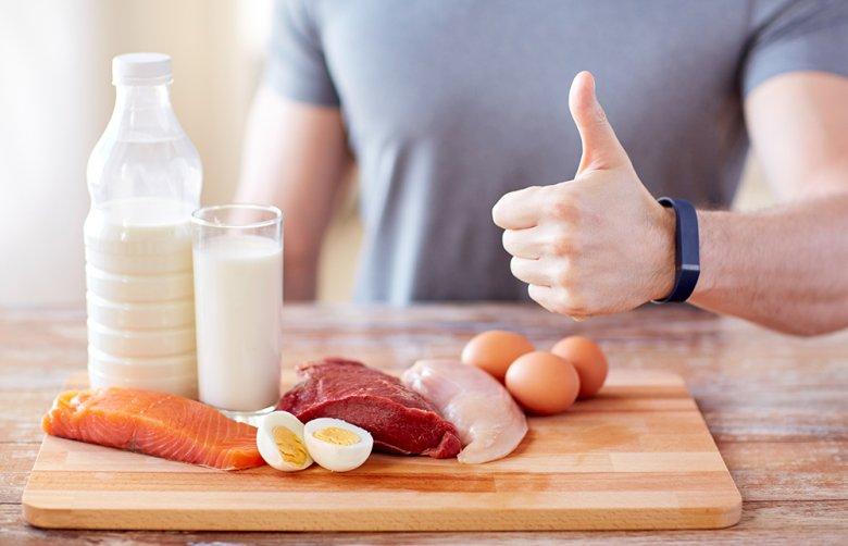Bei der Low Carb Diät stehen eiweißreiche Lebensmittel im Vordergrund.
