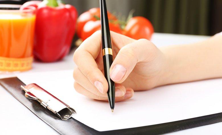 Ernährungsberater helfen beim Zusammenstellen eines Diätplans.