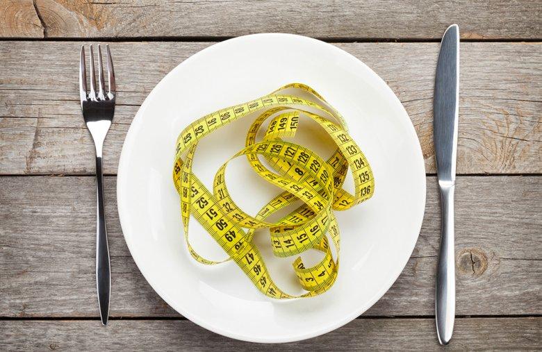 Eine verminderte Kalorienzufuhr hilft beim Abnehnmen.