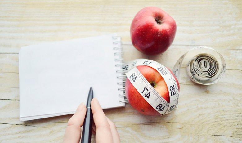 Vielen Personen hilft das Führen eines Ernährungstagebuches beim Abnehmen.