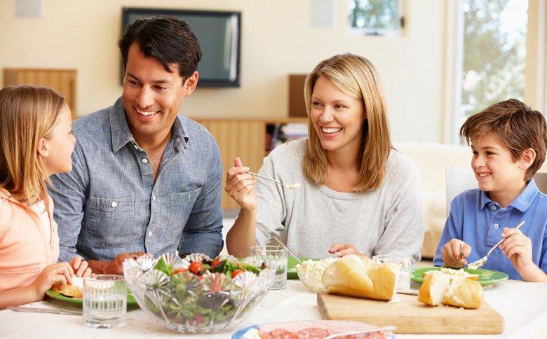 Familien sollten sich bemühen zumindest eine Mahlzeit pro Tag zusammen einzunehmen.