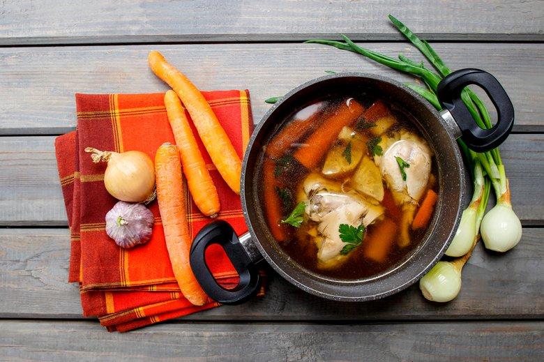 Eine Hühnersuppe zu kochen ist relativ einfach, jedoch benötigt es Zeit.