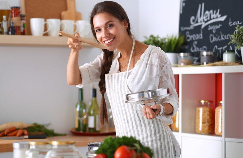 Beim Kochen werden Lebensmittel im Wasser bei einer Temperatur von etwa 100 °C gegart.