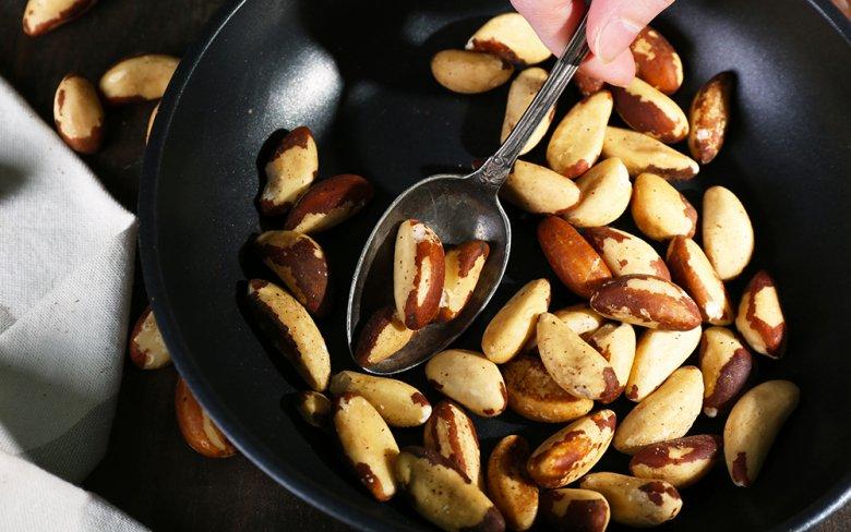 Nüsse werden ohne Zugabe von Fett geröstet.