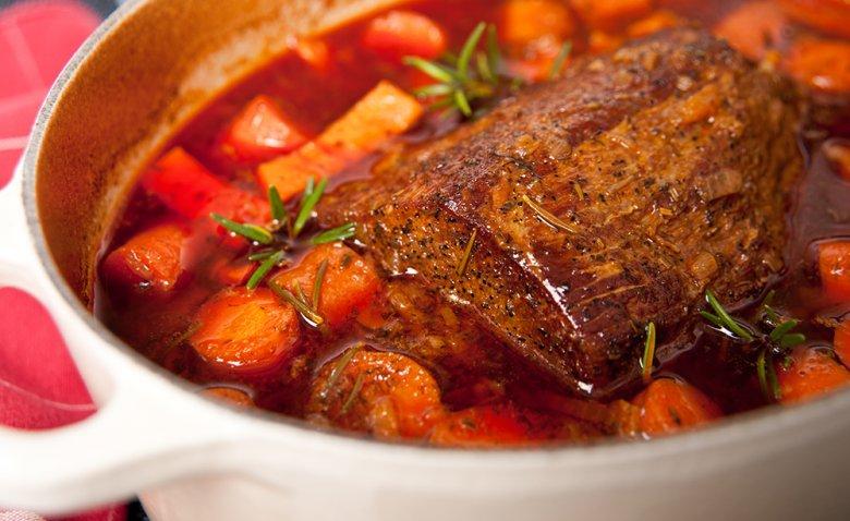 Große Fleischstücke, wie Schweine- oder Rinderbraten eignen sich besonders zum Schmoren.