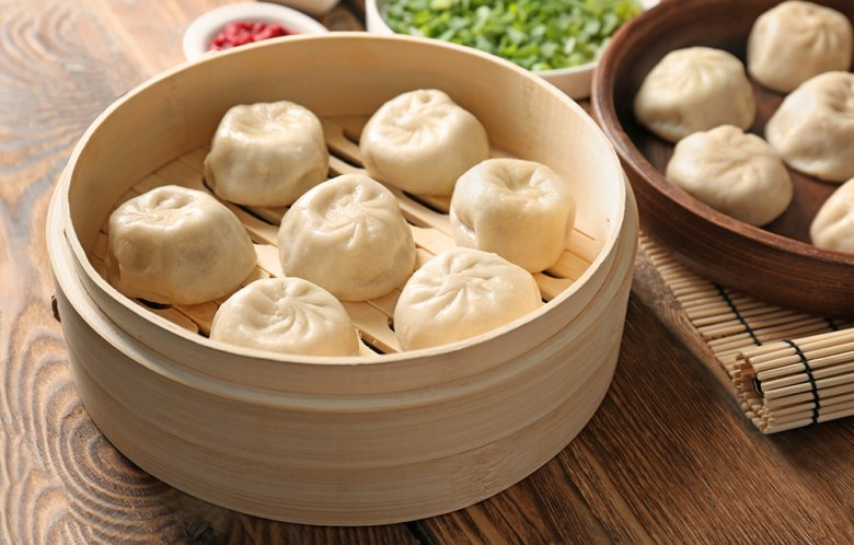Baozi ist eine gefüllte Teigtasche, die gedämpft wird und in China sehr beliebt ist.