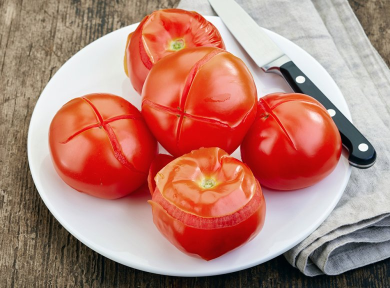 Tomaten werden blanchiert, damit diese leichter gehäutet werden können.