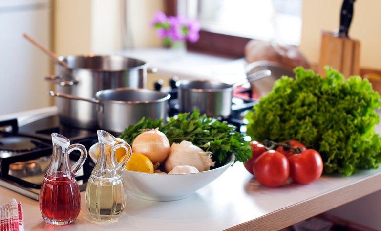 Beim Dünsten werden Lebensmittel in wenig Flüssigkeit gegart.