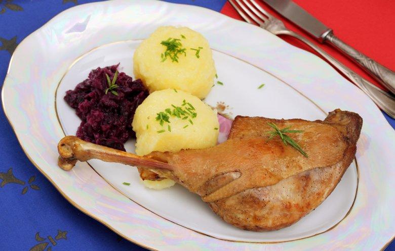 Traditionell werden zum Gänsebraten Kartoffelknödel und Rotkohl serviert.
