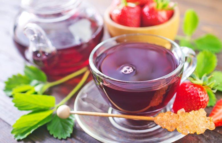 Die Teemischung für einen fruchtigen Erdbeertee kann ganz einfach selbst zubereitet werden.