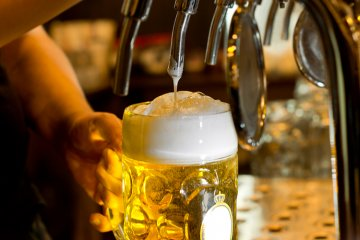 Wie kommt der Schaum aufs Bier?