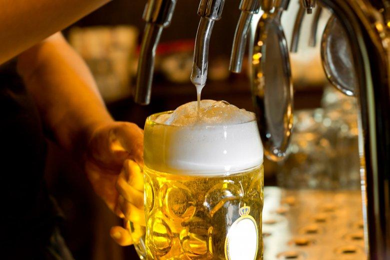 Zum Schluss wird dem Bier mit einem Schuss die Schaumkrone aufgesetzt.